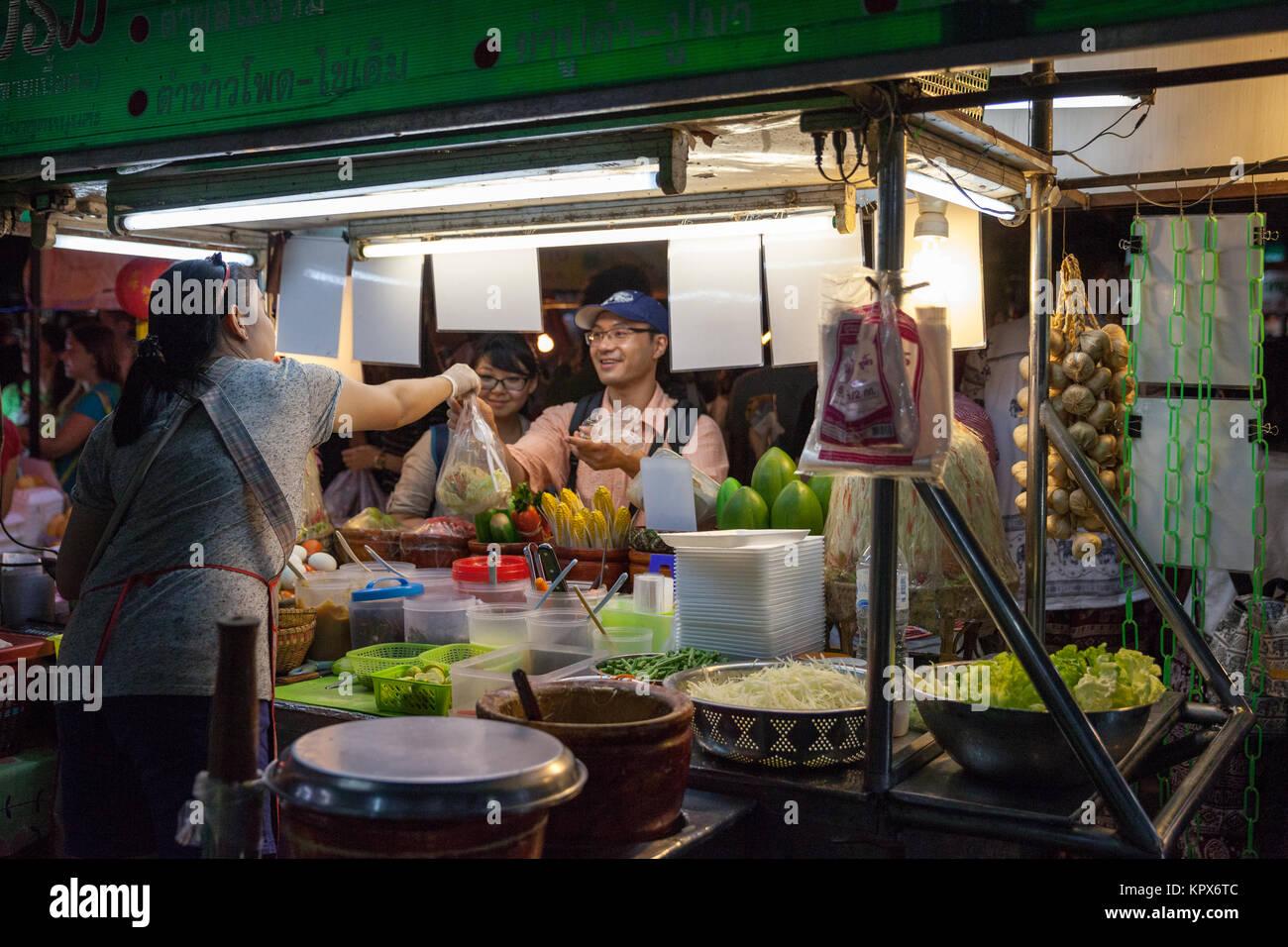 CHIANG MAI, Tailandia - 27 de agosto: mujer vende comida Tailandesa tradicional en el Mercado de Sábado por Imagen De Stock