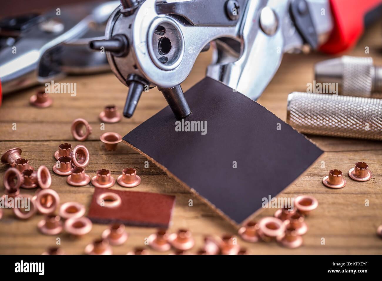 La elaboración de cuero herramientas de bricolaje Foto & Imagen De ...