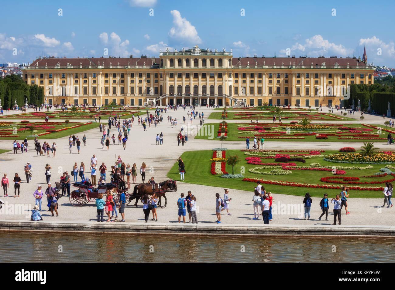 Palacio de Schonbrunn, residencia de verano imperial barroca y jardines, la ciudad de Viena, Austria, Europa Imagen De Stock