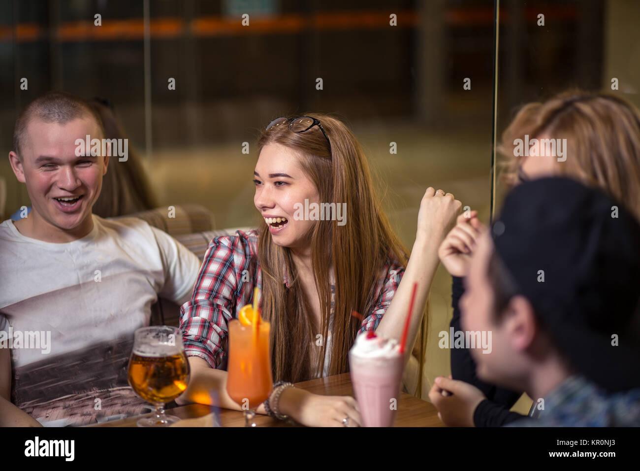 Diversas personas cuelgan fuera Pub amistad Imagen De Stock