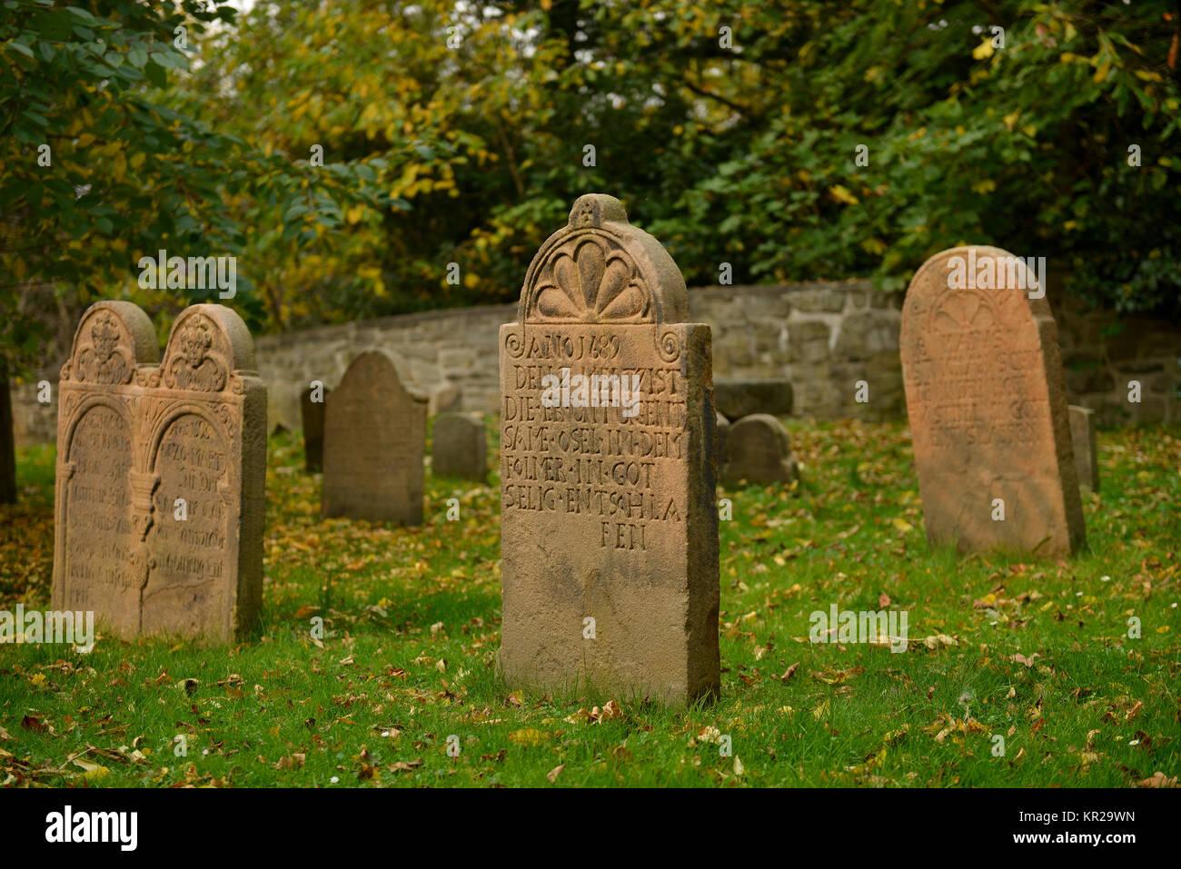 Las lápidas, cementerio Dorfkirche Stiepel, Brockhauser street, Stiepel, Bochum, Renania del Norte-Westfalia, Alemania, Friedhof Dorfkirche Stiepe Grabsteine Foto de stock