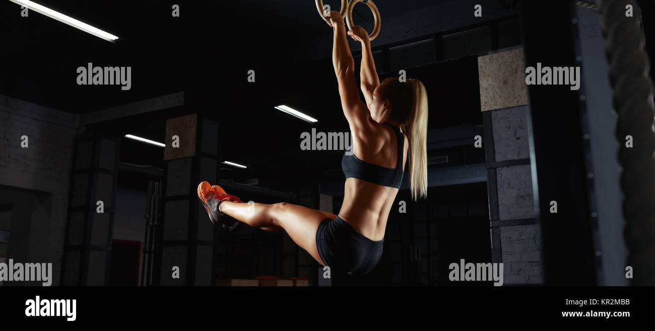 Mujer Atletica En Camiseta Y Pantalones Cortos Deportivos Trabajan En Anillos De Gimnasia En El Gimnasio Deportivo Equipo Fuerza Estetica Del Cuerpo Musculos Potencia Mejora Li Fotografia De Stock Alamy