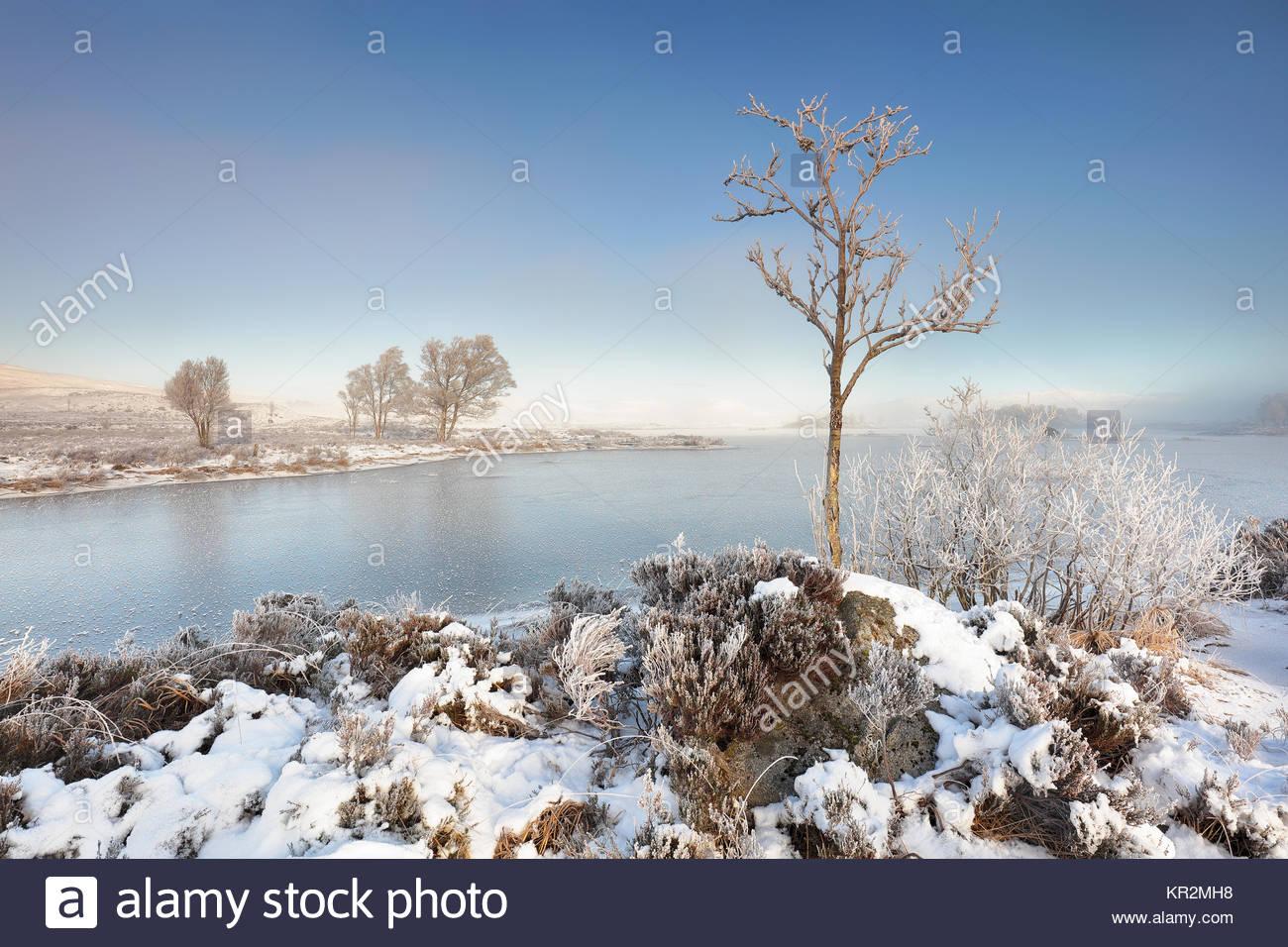 Un lago congelado ba en un cubiertas de nieve, Misty mañana invernal, Rannoch Moor. Foto de stock