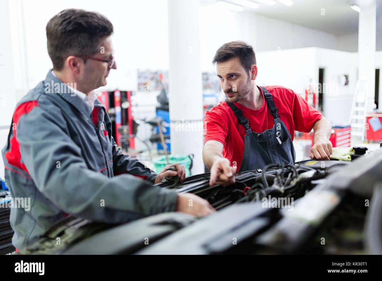 Mecánicos de Automóviles trabajan en centros de servicio automotriz Foto de stock