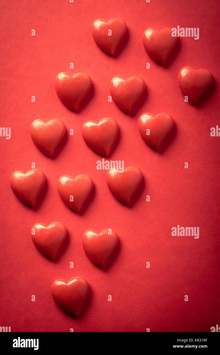 Corazones de San Valentín rojo sobre rojo Imagen De Stock