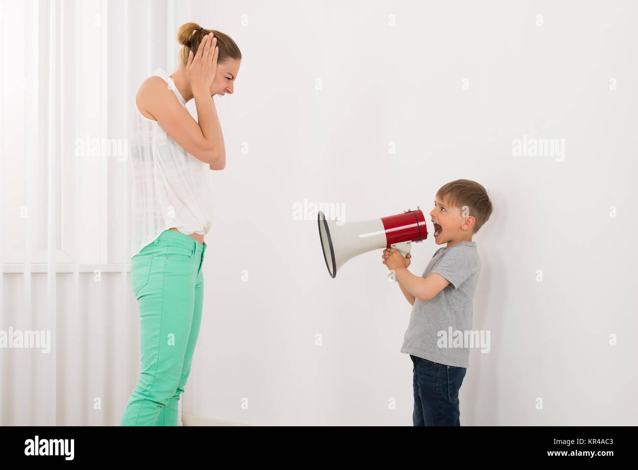 Chico gritando a su madre Imagen De Stock