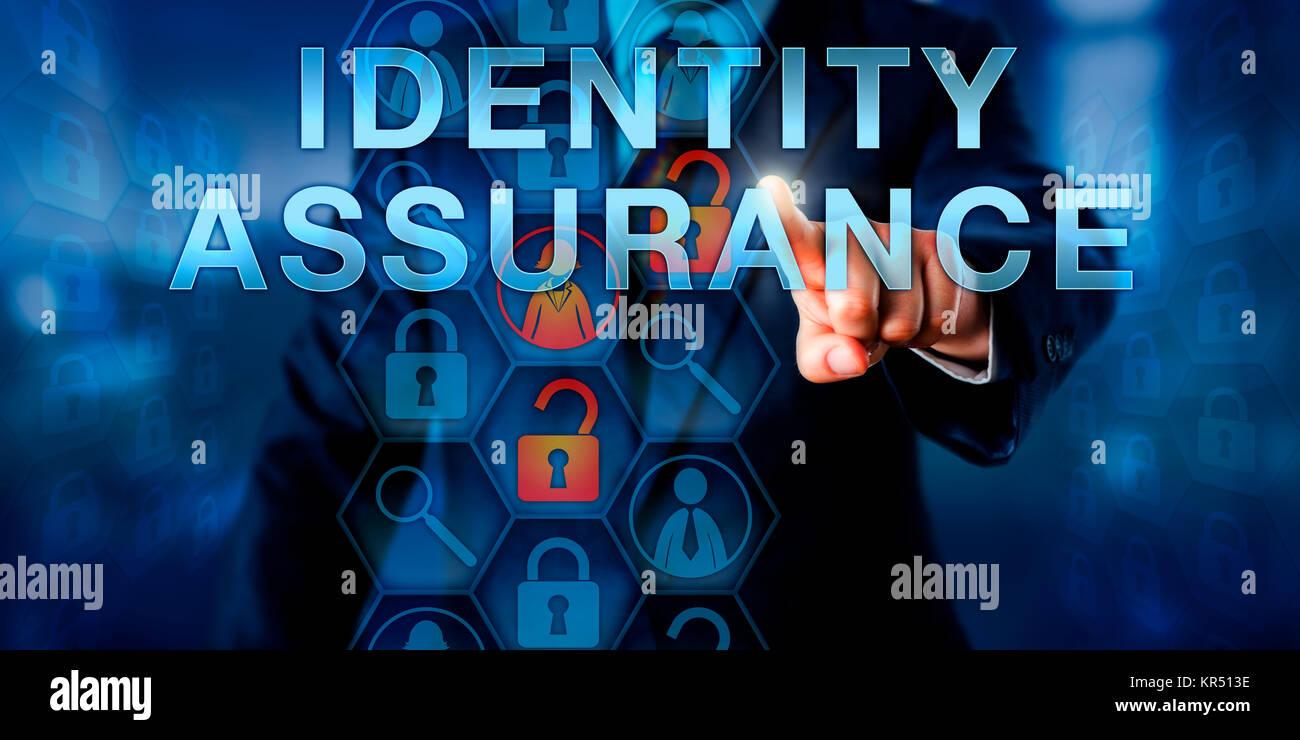 Administrador pulsando la garantía de identidad Imagen De Stock