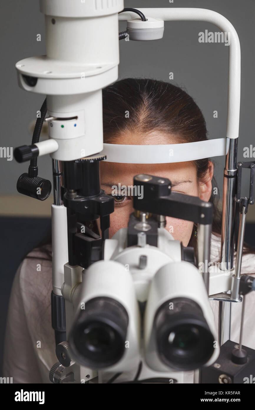 Hermosa joven tener prueba ocular en el optometrista Foto de stock