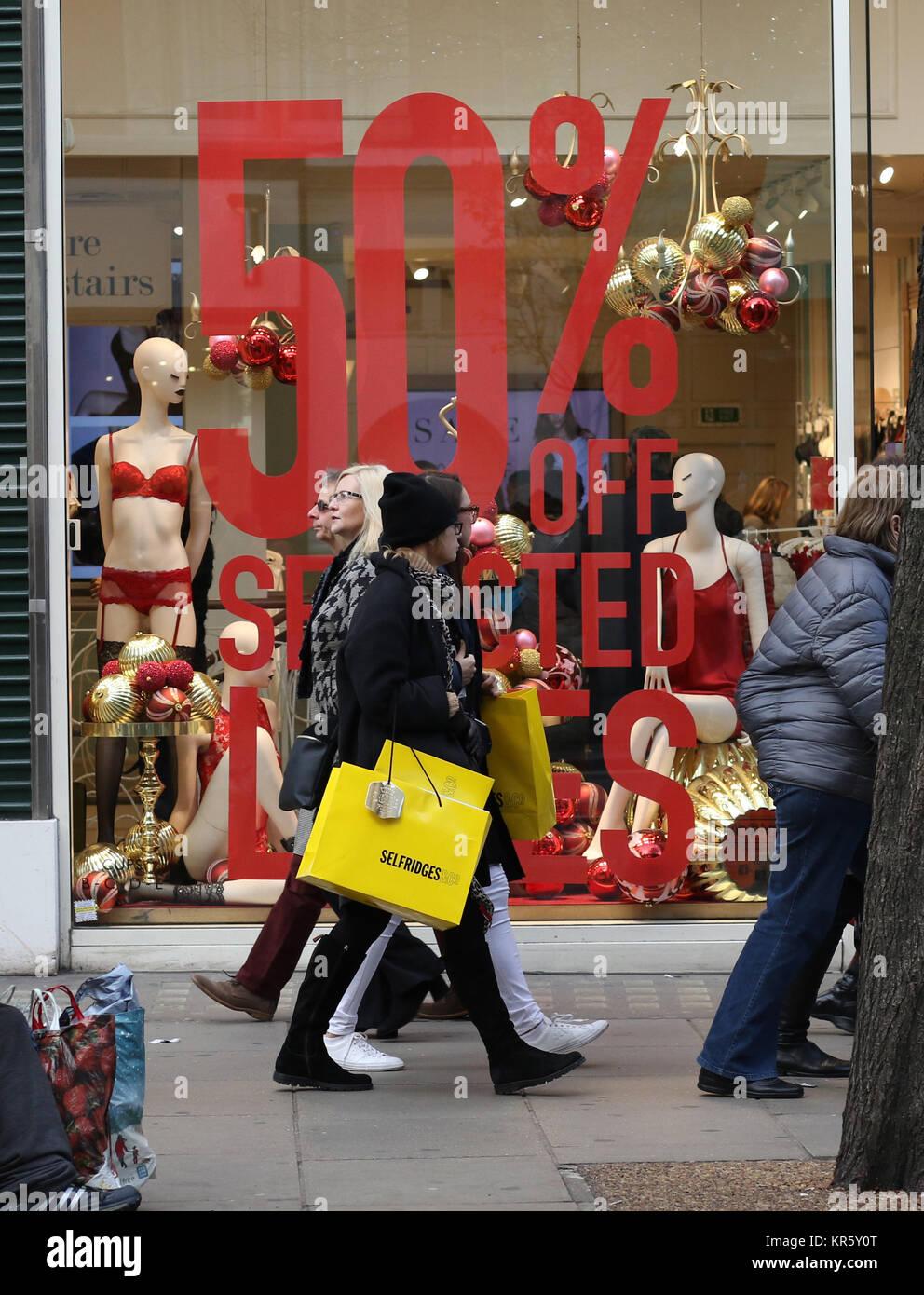 Oxford Street en Londres está ocupada con los compradores ocupados consiguiendo sus compras de Navidad. Aunque Imagen De Stock
