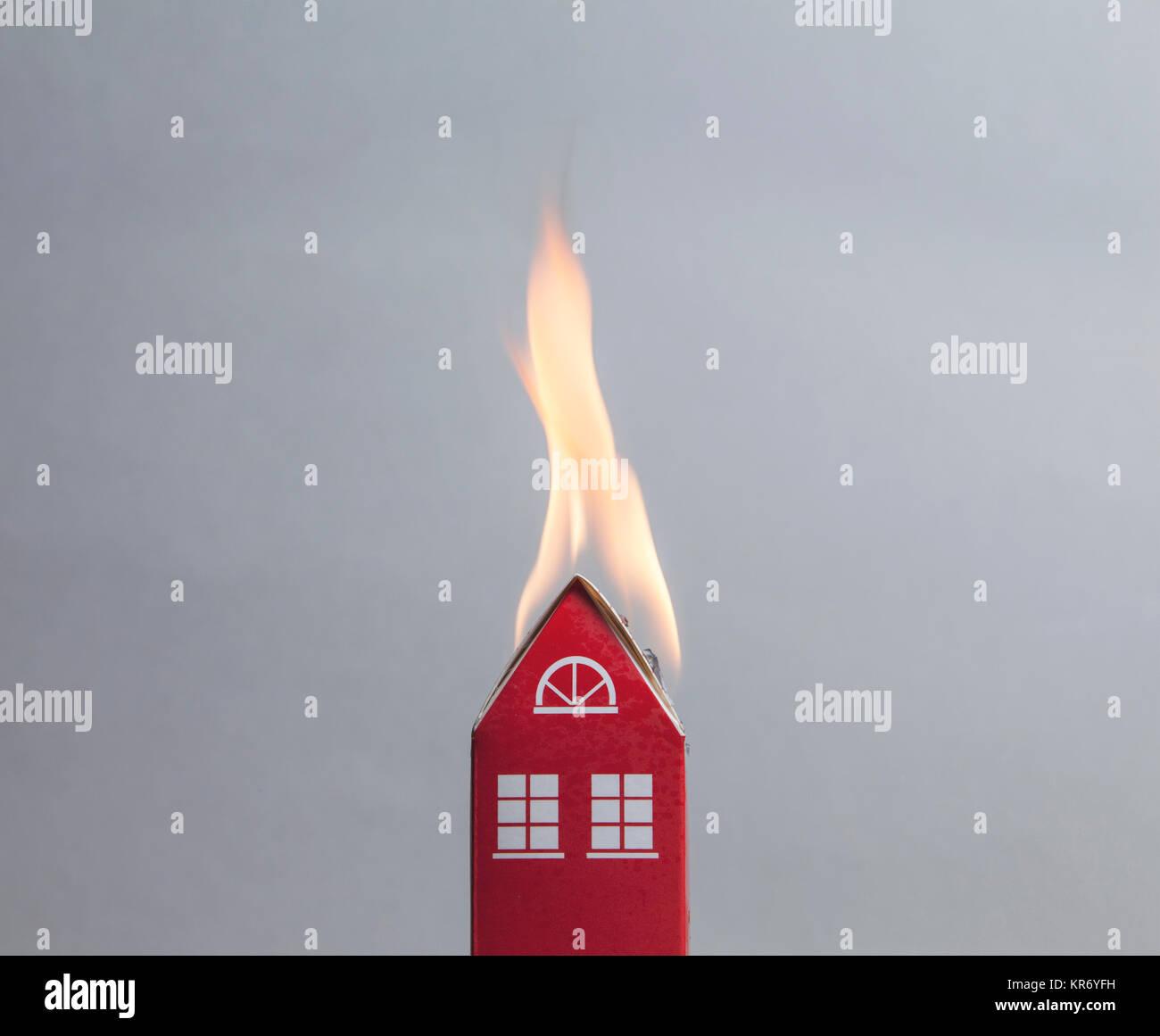 Concepto de fuego de la casa. Casa de juguete con llamas Imagen De Stock