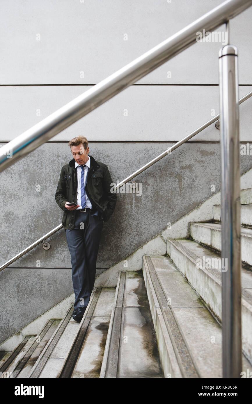 Empresario en escaleras Foto de stock
