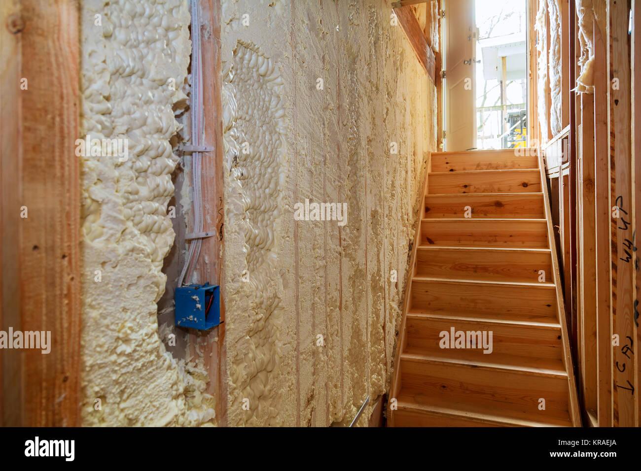 Hidro aislamiento térmico y el aislamiento de la pared interior en wooden house, edificio en construcción Imagen De Stock