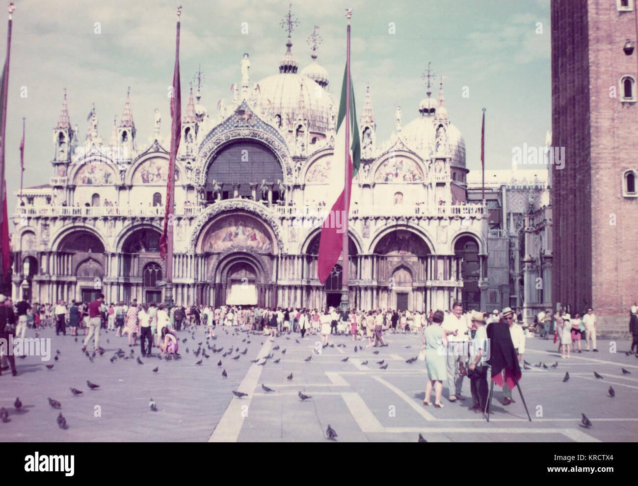 A la catedral de San Marcos y la Plaza de Venecia, Italia, en un día ...