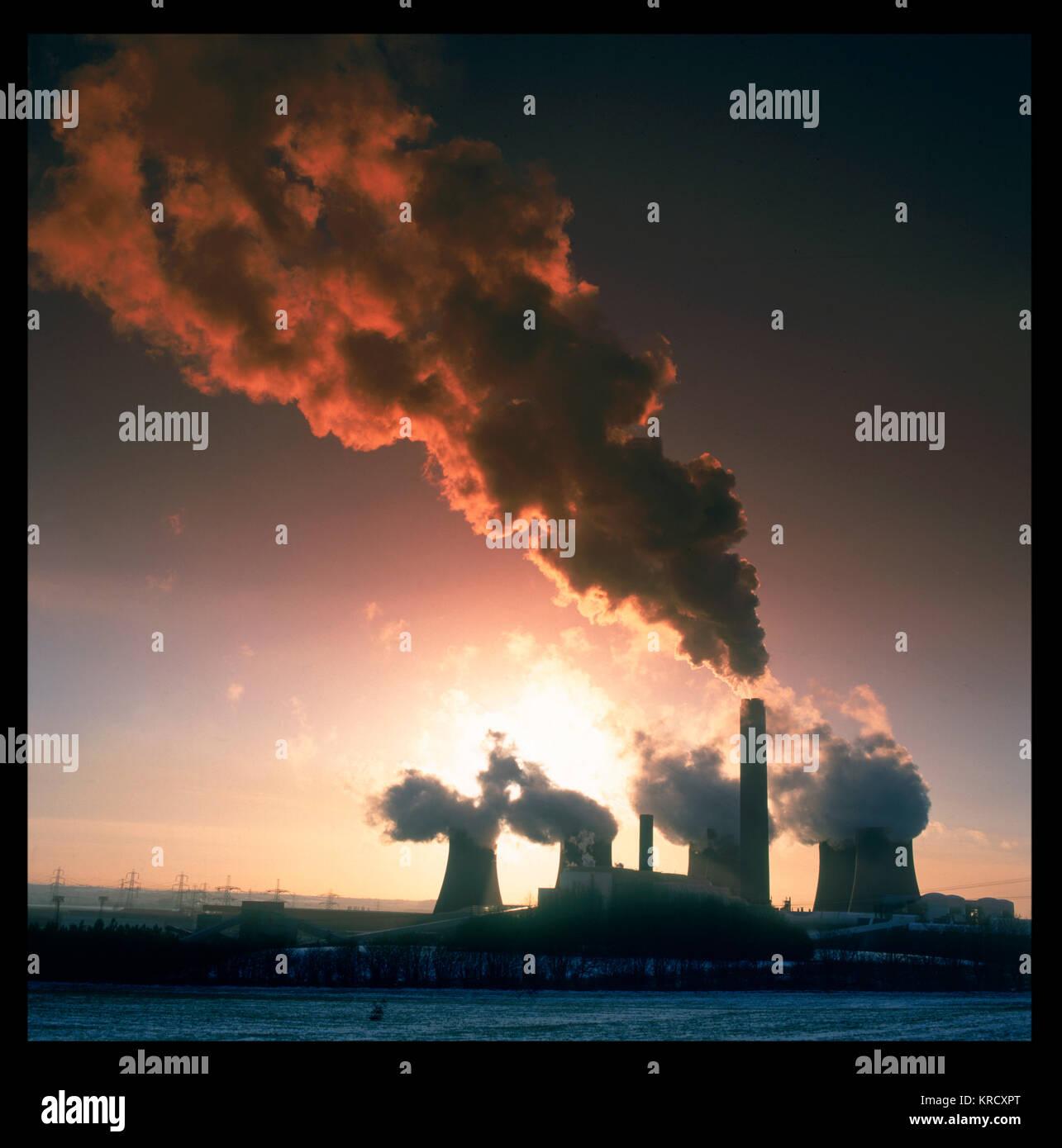 El humo que ondea de enormes torres de enfriamiento de una central eléctrica y arruinar el atardecer. Fecha: Imagen De Stock