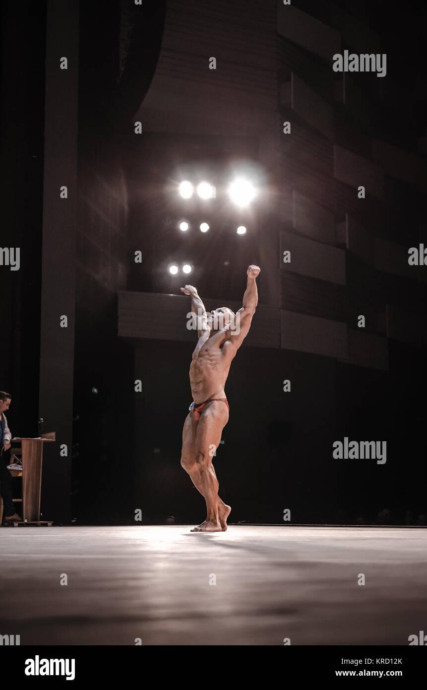 PENZA, Rusia - Abril 29, 2017:Los hombres participan en los modelos de fitness en el escenario del campeonato Copa Foto de stock