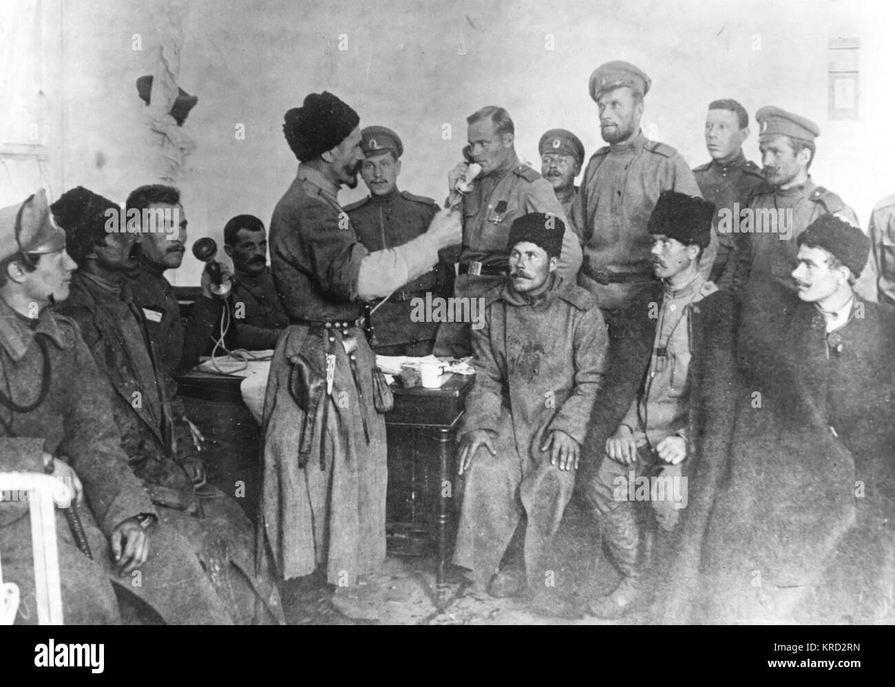 Una pequeña multitud de quince supuestamente revolucionario buscando hombres rusos en 1917. Fecha: 1917 Imagen De Stock