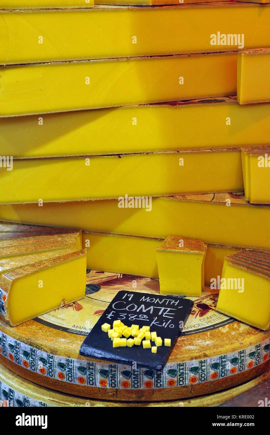 Quesos Comte de 19 meses de edad para la venta en una tienda de delicatessen especialidad calada de queso en el Imagen De Stock