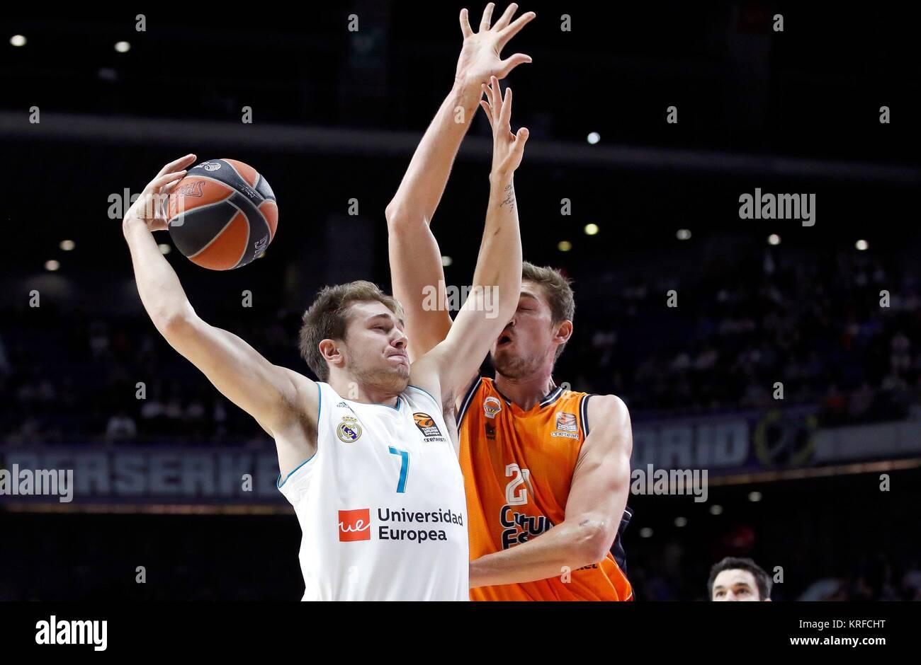 Jugador del Real Madrid Luka Doncic (L) compite por el balón contra Tibor  Pleiss (R) de Valencia la Euroliga de baloncesto Canasta durante el partido  entre ... aee333be502f4