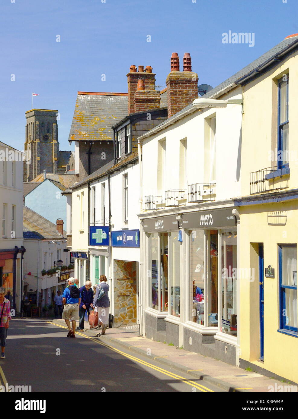 Una angosta calle comercial en Salcombe, Devon. Fecha: 2014 Imagen De Stock