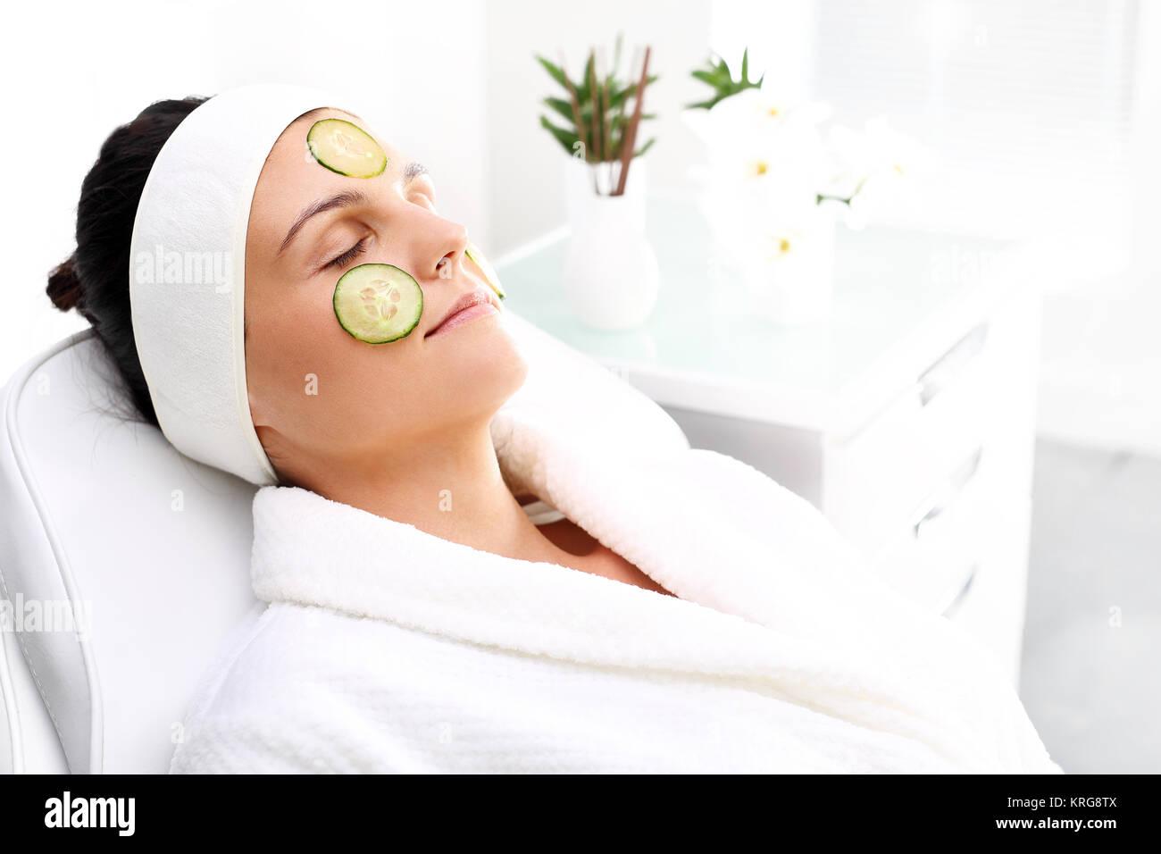 Máscara de pepino. Tratamiento para el cuidado de la piel en el salón de belleza Imagen De Stock