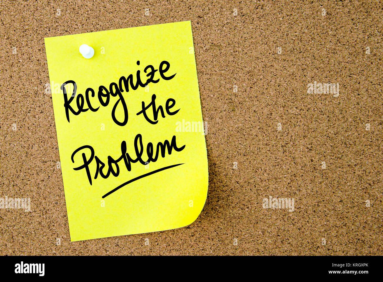 Reconocer el problema el texto escrito en papel amarillo nota Foto de stock