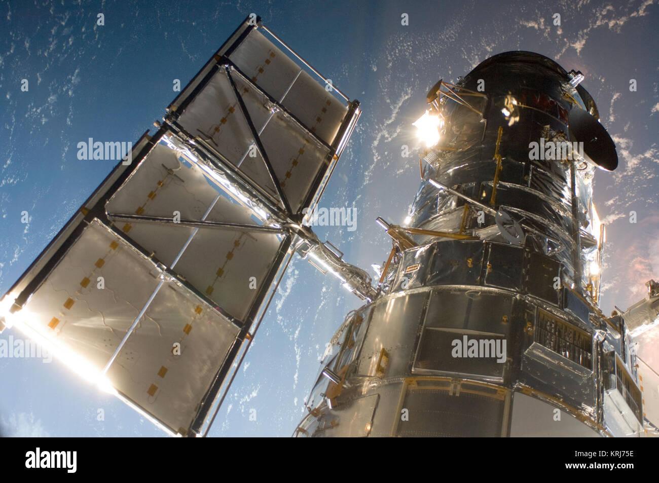 El Telescopio Espacial Hubble en una imagen fotografiada por una misión de mantenimiento 4 justo después de que el miembro de la tripulación del Transbordador Espacial Atlantis capturaron el Hubble con su brazo robótico el 13 de mayo de 2009, comenzando la misión de reparar y actualizar el telescopio. El Telescopio Espacial Hubble es un proyecto de cooperación internacional entre la NASA y la Agencia Espacial Europea. NASA Goddard Space Flight Center gestiona el telescopio. El Instituto de Ciencias del Telescopio Espacial conduce las operaciones científicas del Hubble. Goddard HST es responsable de la gestión del proyecto, incluida la misión y operaciones científicas, misiones de mantenimiento, y un Foto de stock