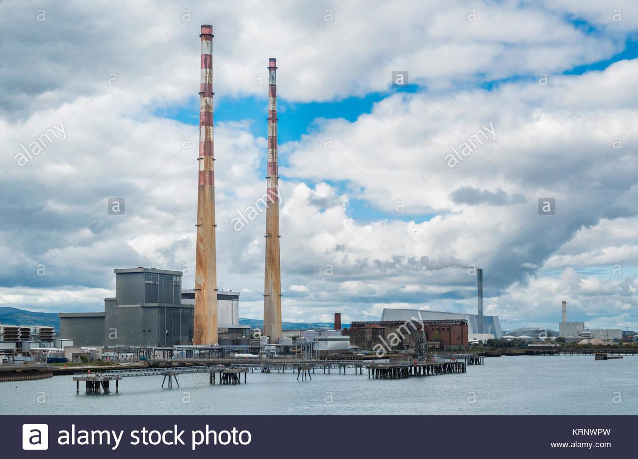 Las chimeneas de Poolbeg Estación generadora en la entrada al puerto de Dublín con el nuevo (2017) Dublín Sistema Foto de stock