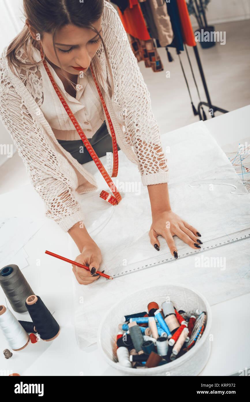 Joven diseñador de moda con cinta métrica tapaba el cuello basándose ...
