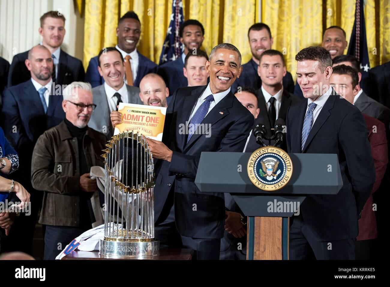 El equipo de béisbol Chicago Cubs presenta el presidente estadounidense Barack Obama con una vida pasada a Imagen De Stock
