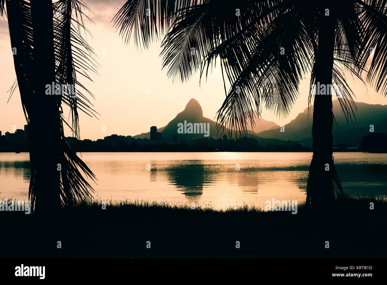 Morro Dois Irmaoes visto desde la Lagoa Rodrigo de Freitas al atardecer en Río de Janeiro, Brasil Imagen De Stock