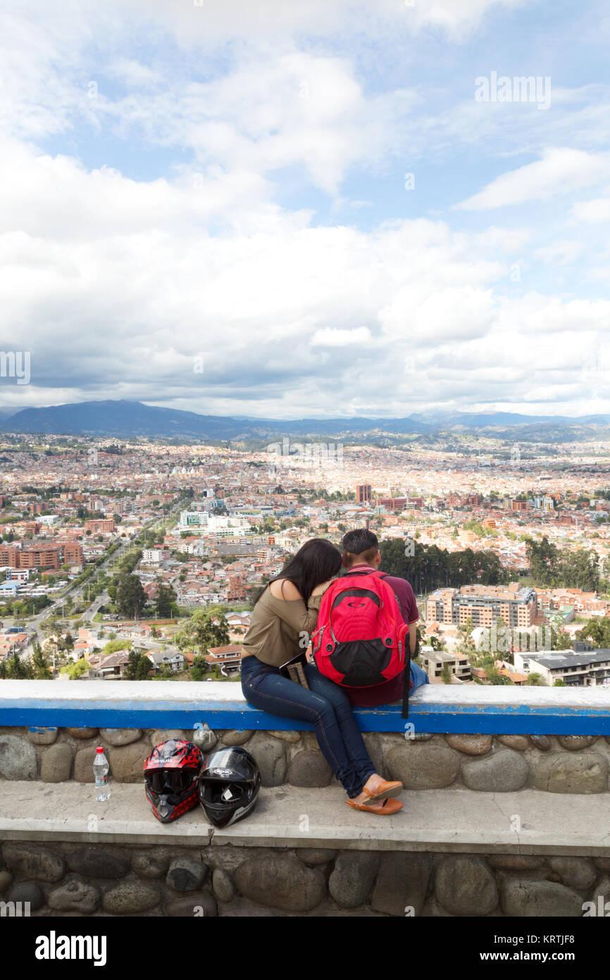 Una pareja en Tuli en un mirador con vistas a la ciudad de Cuenca, Ecuador, sitio del Patrimonio Mundial de la UNESCO, Imagen De Stock