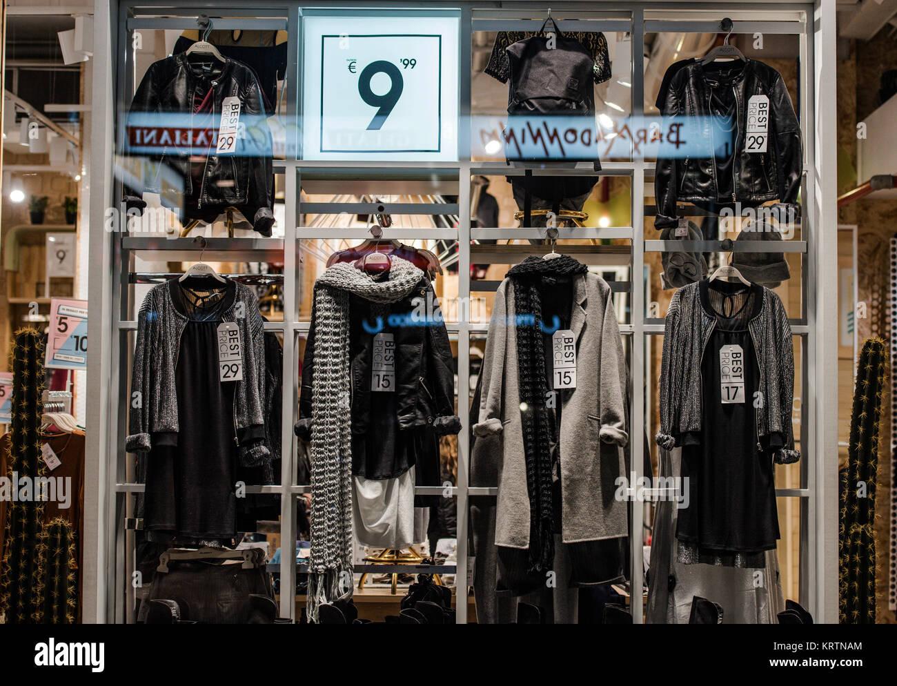 colores armoniosos estilo moderno seleccione original Milán, Italia - 10 de noviembre de 2016: en una tienda de ...
