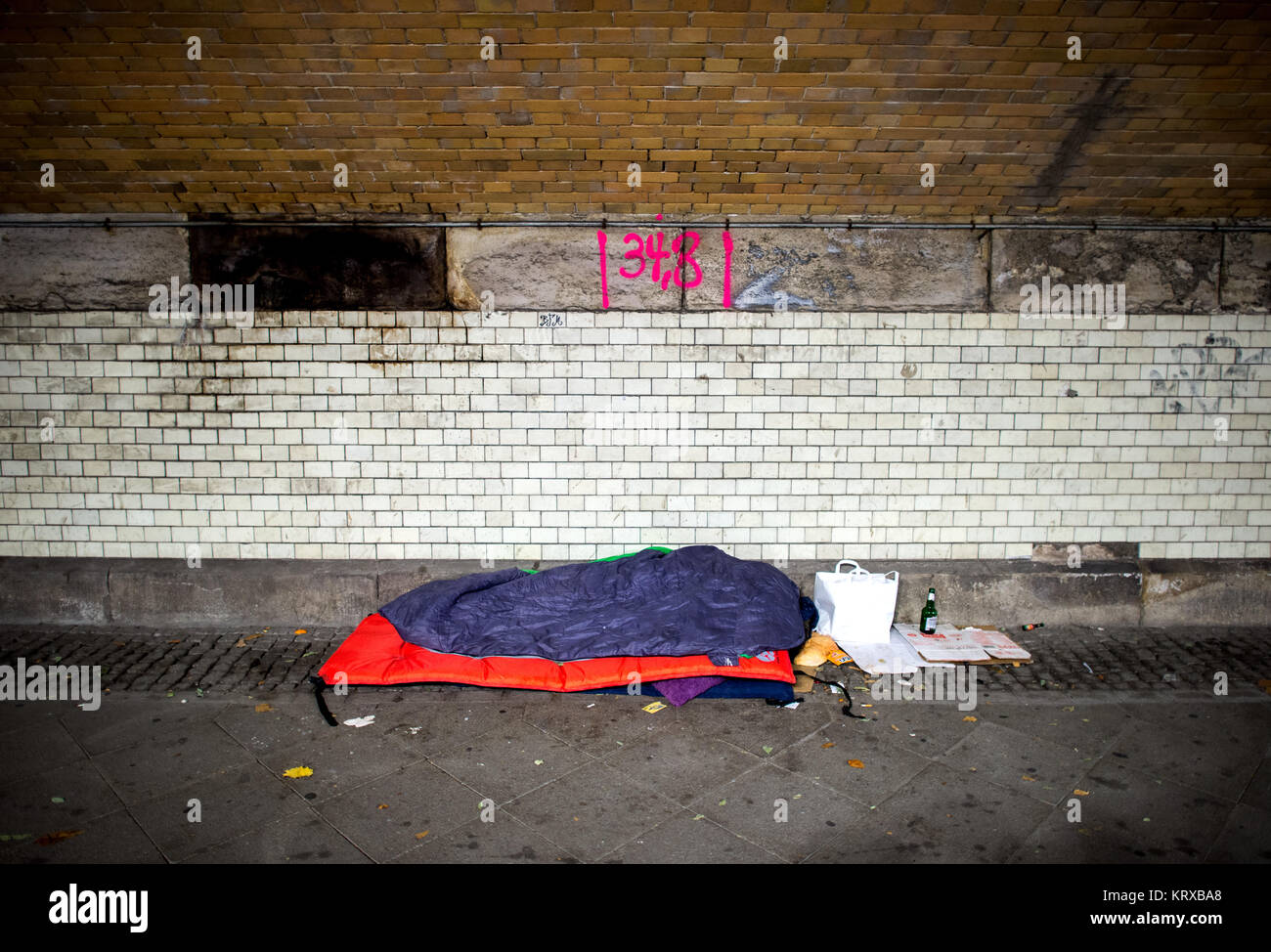Hannover, Alemania. 26 Nov, 2017. Las pertenencias de una persona sin hogar radican en el ferrocarril subterráneo Imagen De Stock