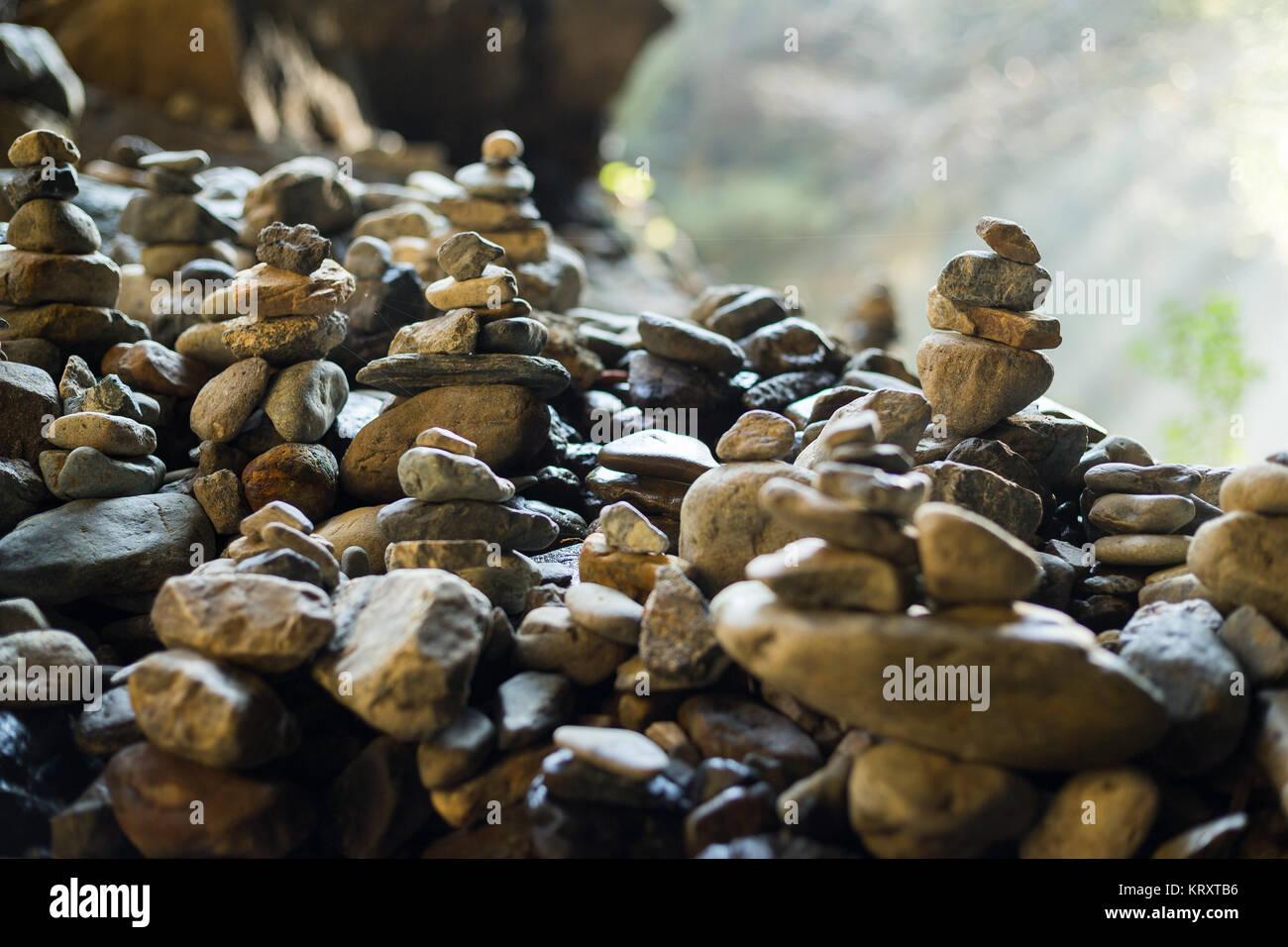 Montones de piedras en equilibrio en al aire libre Foto de stock