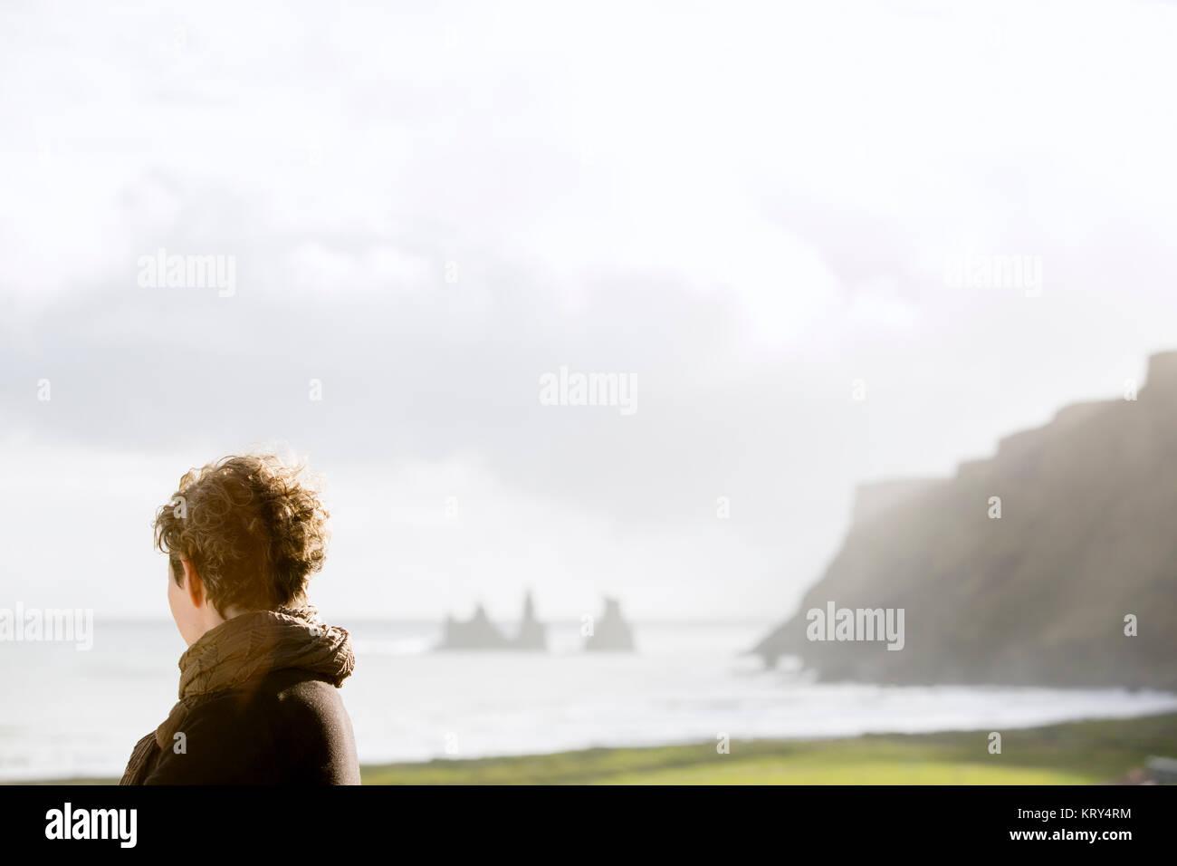 Una mujer mirando al mar Imagen De Stock