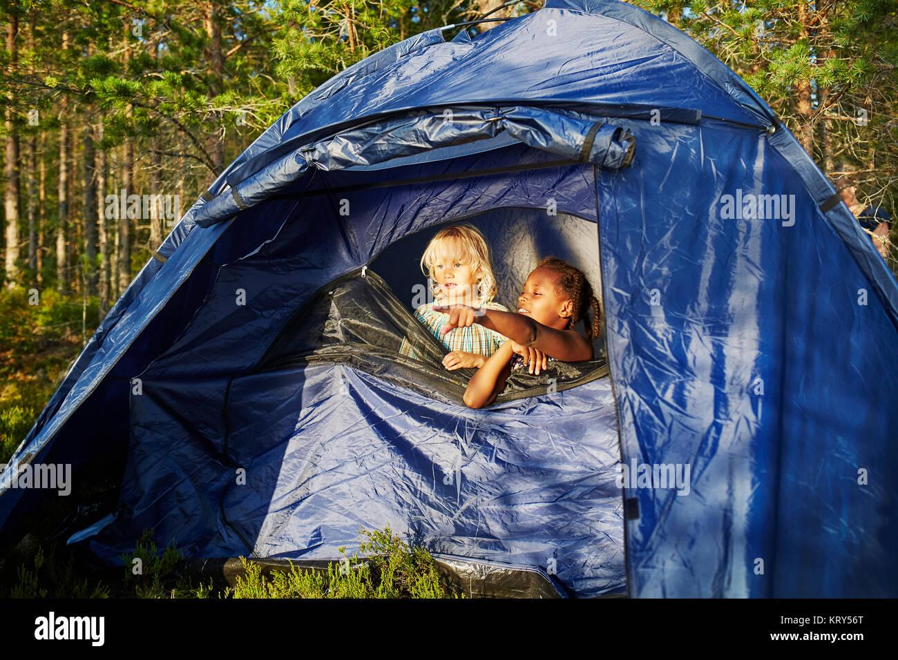 Las niñas en una carpa azul Imagen De Stock