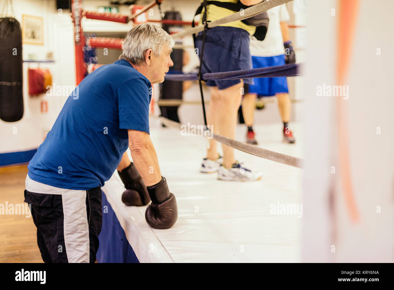 El hombre superior en formación de boxeo Foto de stock