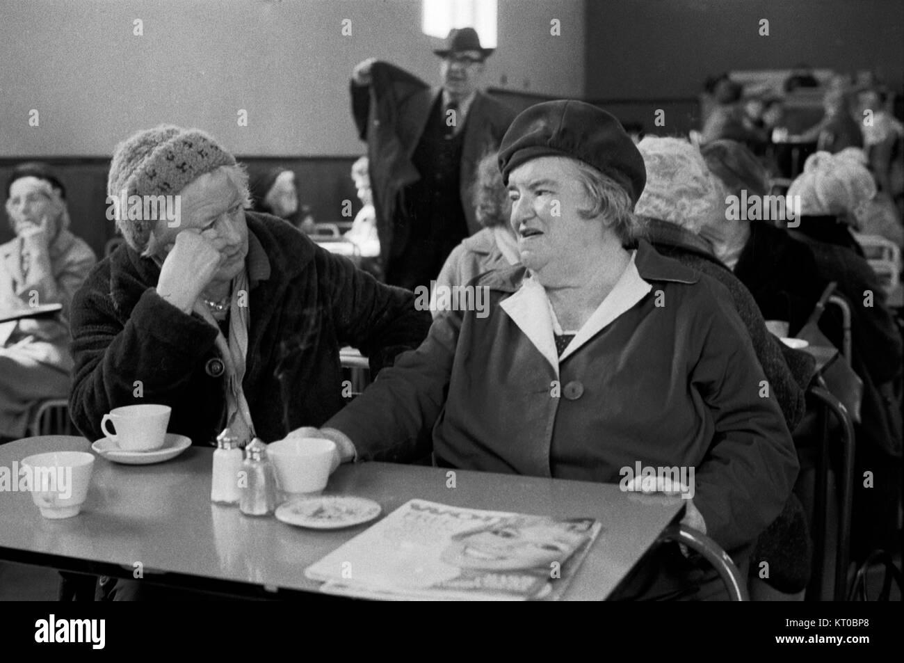 La pobreza del East End de Londres Tower Hamlets 1970, almuerzo Club, por unos céntimos ancianos residentes Imagen De Stock