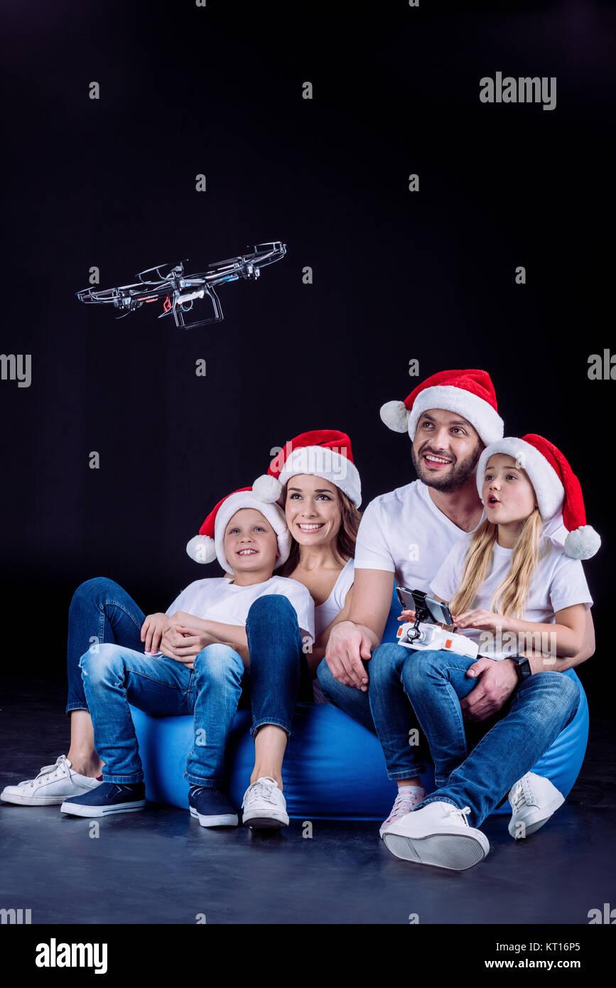 Familia utilizando hexacopter drone Foto de stock