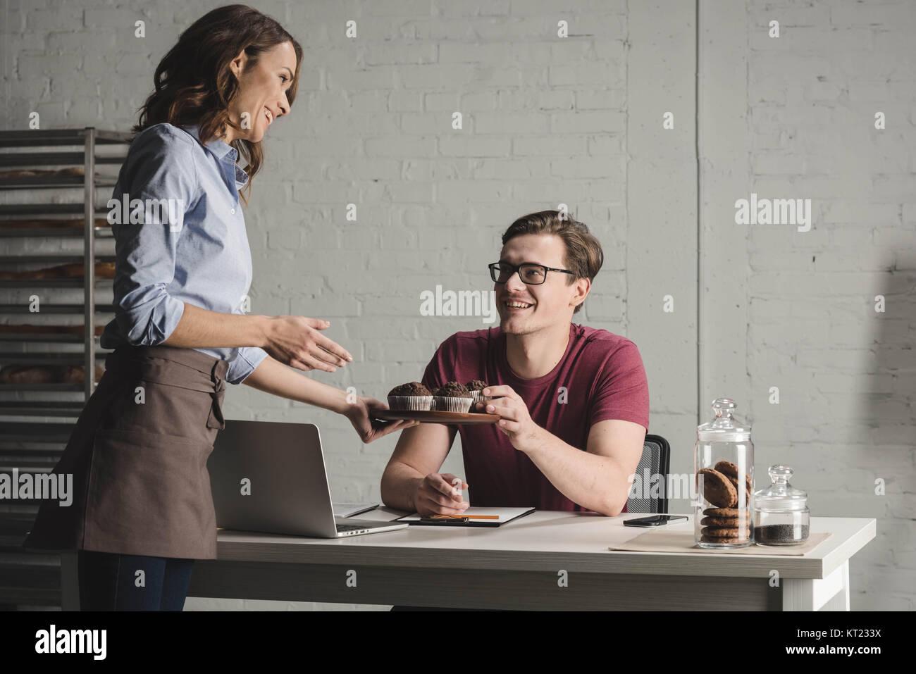 Examinando los panaderos pastelería Imagen De Stock