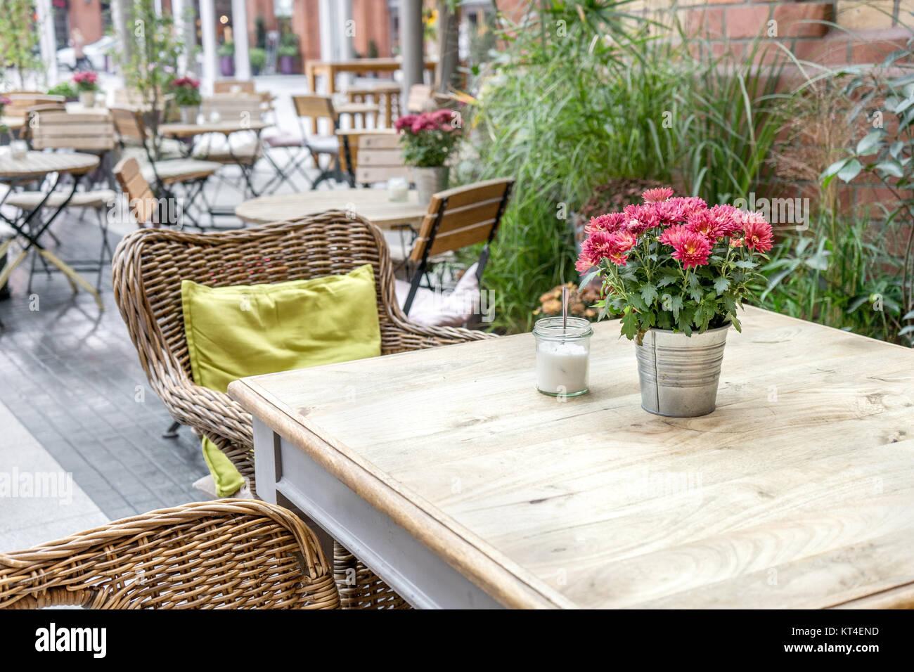 Terraza Con Mesas Sillas Plantas Y Decoración Foto