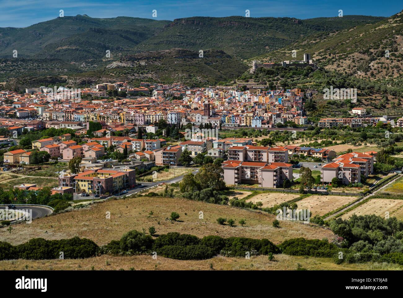 Vista general de la ciudad de Bosa, Castello Malaspina en distancia, Bosa, provincia de Oristano (Cerdeña, Italia) Foto de stock