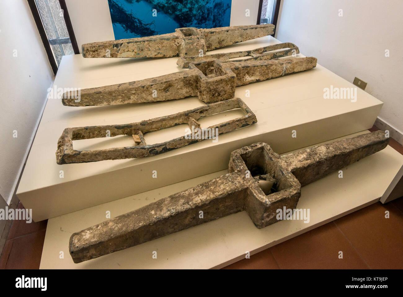 Anclas de naufragio romano en el Museo Civico, Museo Cívico Arqueológico En Cabras, provincia de Oristano (Cerdeña, Italia) Foto de stock