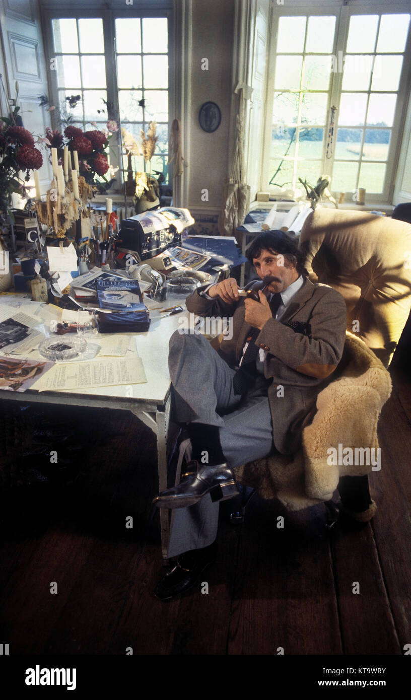 Diseñador alemán Luigi Colarni en casa castillo Harkotten en Alemania 1968 con algunos modelos de sus Imagen De Stock