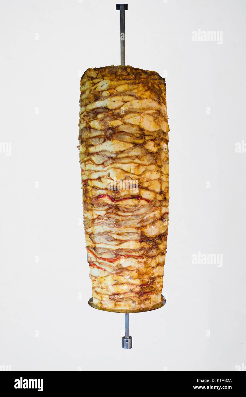 Brocheta de pollo asado aislado de escupir un afeitado tradicionales de carne servida dentro de kebab sandwich Foto de stock