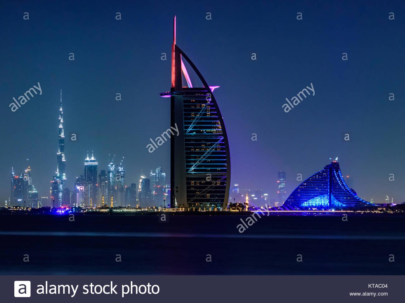 Vista de Burj Al Arab, Burj Khalifa, y Jumeirah Beach Hotel de Palm Jumeirah. Foto de stock
