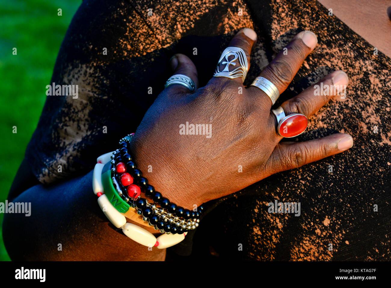 Afroamericana usando una variedad de coloridas joyas Imagen De Stock