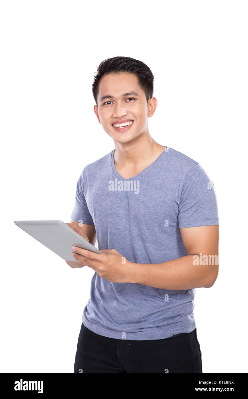 Hombre sujetando un joven asiático digital tablet PC con pantalla táctil o Imagen De Stock