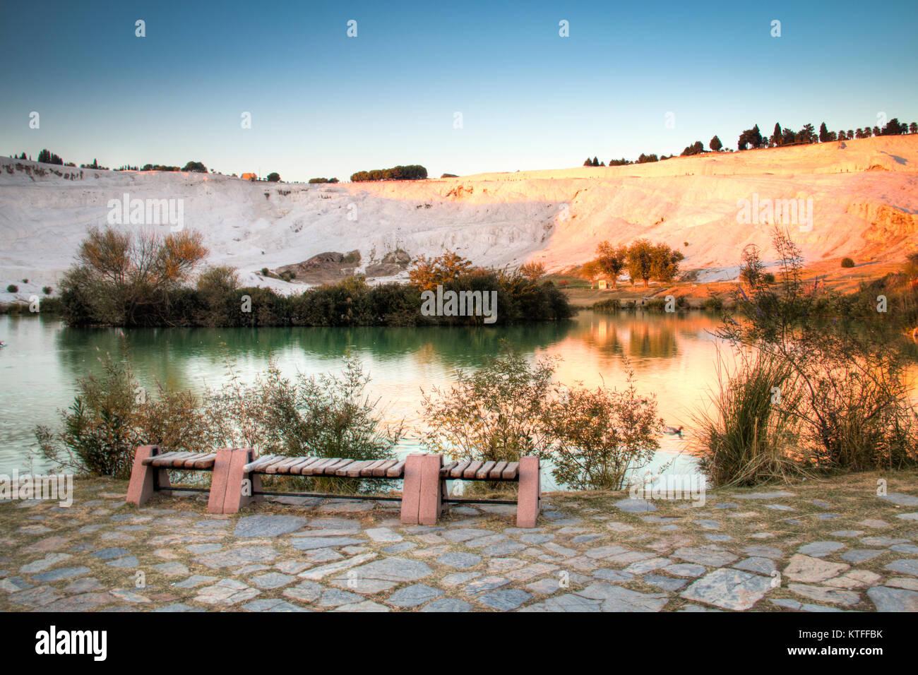 Atardecer en el hermoso paisaje de las piscinas de travertino y terrazas de Pamukkale en Turquía Foto de stock