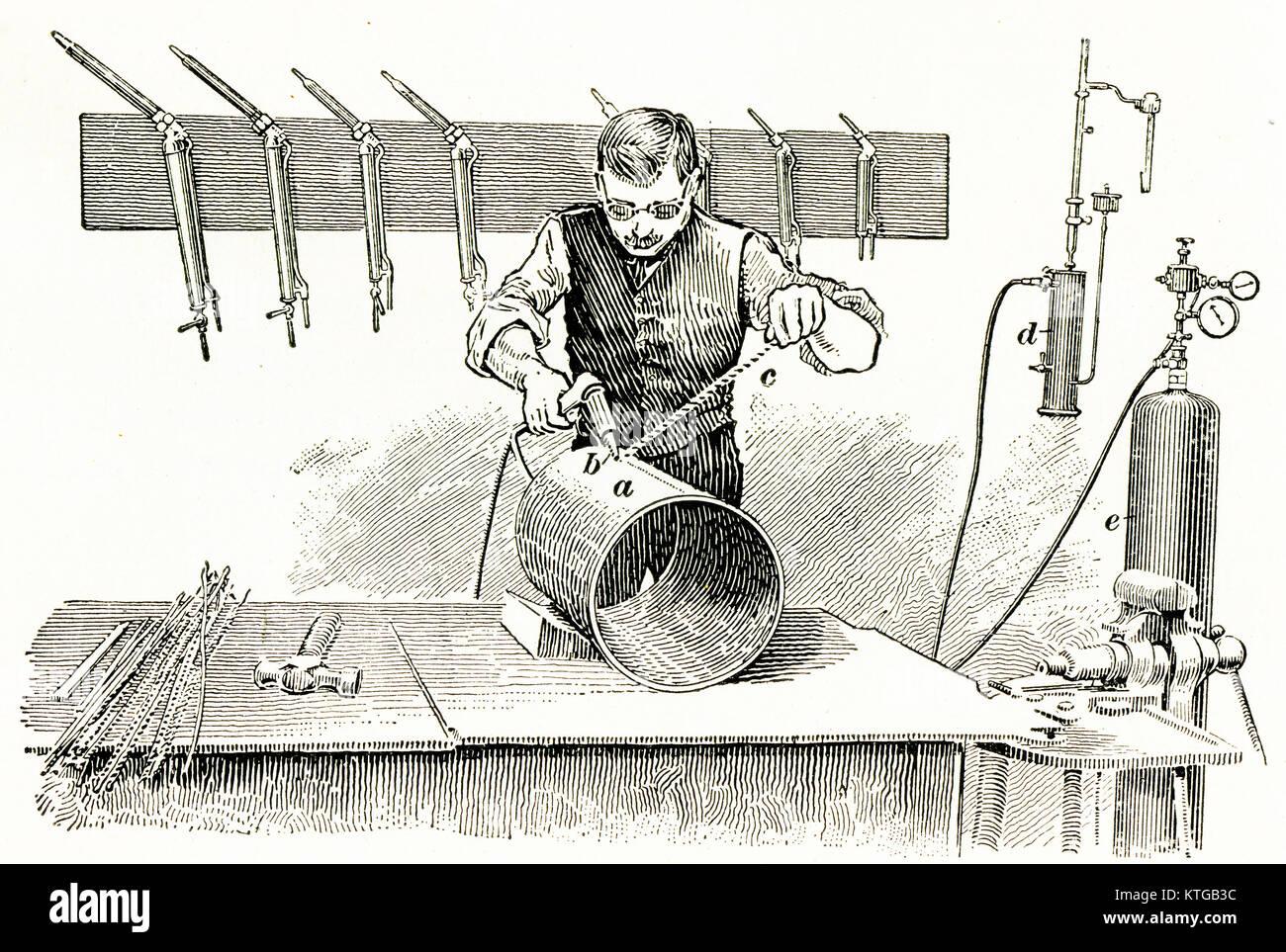 64095b4a62ae7 Grabado de un hombre soldando un cilindro de hierro forjado. Imagen De Stock